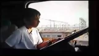 Menino dirigindo caminhão como gente grande