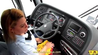 Mulher dirige ônibus toco de 14 metros e mostra como operar elevador