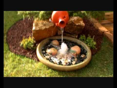 Jardín de césped natural y fuente con plato surtidor. Viveros Chaves 2011.