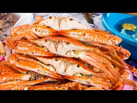 Cambodian Food LIVE BLUE CRAB Boiled Right Out of The Ocean in Kep Cambodia