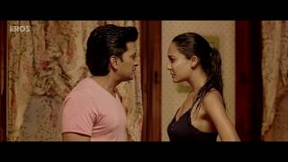 Riteish gets naughty with Lisa on her bed | Housefull 3 | Movie Scene