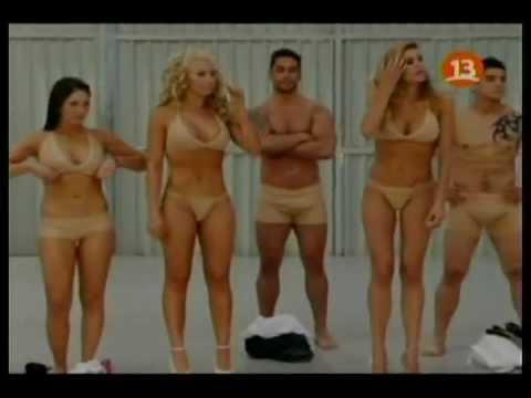 Chicas llegan a mundos opuestos pies desnudos zapatos.flv