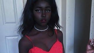 Cô gái bỗng nổi tiếng trên mạng nhờ làn da đen kỳ lạ