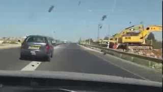 مطاردة سيارة مسروقة و هروب السارق بطريقة عجيبة !!