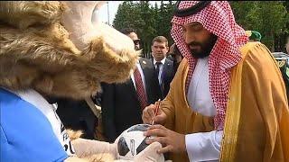 """شاهد: بن سلمان يوقع كرة تذكارية قدمها له الذئب """"زابيفاكا""""…"""