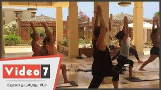 """""""من أجل السلام"""".. سياح أوروبا يحتفلون باليوم العالمي لليوجا على شواطئ البحر الأحمر"""
