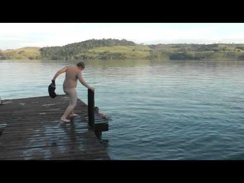 Menino pulando pelado no rio
