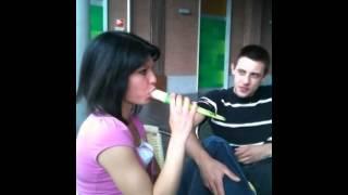 Ragazza ripresa dal suo amico mentre mangia (in modo provocante) il gelato