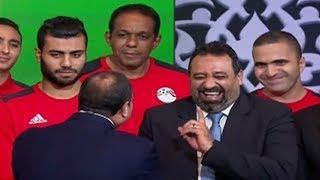 مداعبة الرئيس السيسى لـ مجدى عبدالغنى اثناء كلمته للمنتخب المصرى بعد المباراة