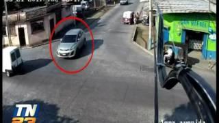 Video capta a camioneta arrollando a dos jóvenes en moto
