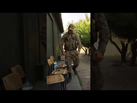 Asker komutanının yürüyüşünü taklit ediyor