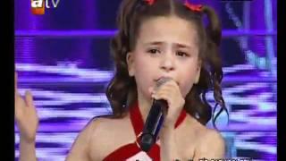 la petite fille qui chante trop bien