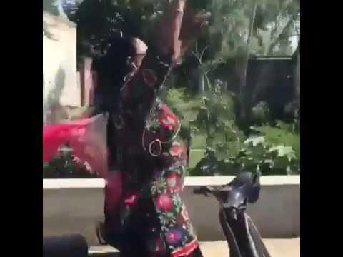 Xxx Mp4 ਦੇਖੋ ਤਾਂ ਜਰਾ Aunty Ki Krdi Aa Badi Ghant Lgdi Aa 3gp Sex