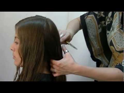 Corte en forma redonda con capas largas y desfilado frontal