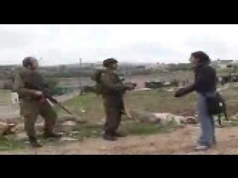 Un grupo armado ataca a mujer
