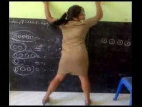 Aksi Guru TK Mengajar Pakai Rok Mini Ini Bikin Heboh Netizen
