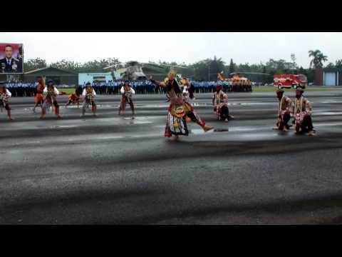 PRAJURIT TNI AU MAINKAN REYOG PONOROGO
