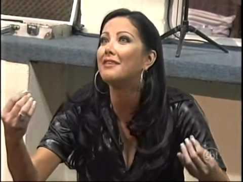 Helen Ganzarolli cai em pegadinha no Programa Silvio Santos