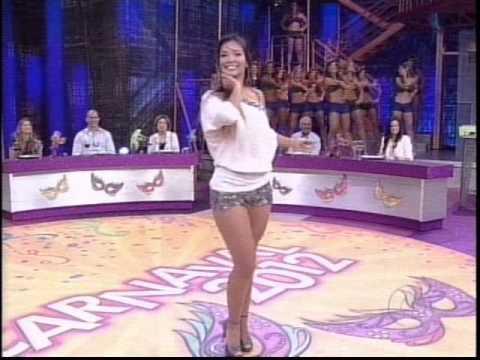 Carol Nakamura e Bruna dançam no palco do Domingão 19.02.2012.wmv