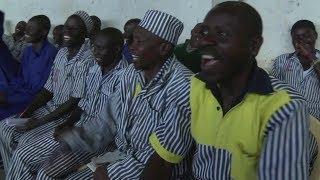 ضحكات خلف أسوار السجون