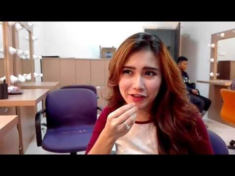 Make up merah-merah jambu monyet ala Ayu Ting Ting