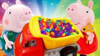 Peppa e George brincam com as Bolas multicoloridas de orbeez. Vídeos de brinquedos.
