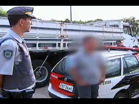 Motorista encontra próprio caminhão roubado passando por uma rodovia