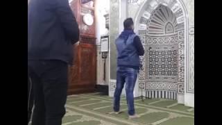 الاذان بصوت المطرب احمد سعد   يصلى الفجر بمسجد الحسين