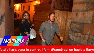 Totti e Ilary, cena in centro. I fan: «Francè dai un bacio a Ilary».