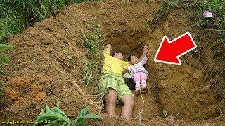 أب يضع طفلته في قبر كل يوم لسبب لا يخطر على بال أحد !!!