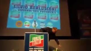 VIDEO - Incidente per Berlusconi durante il comizio a Isernia, inciampa sul palco e cade, poi si ri