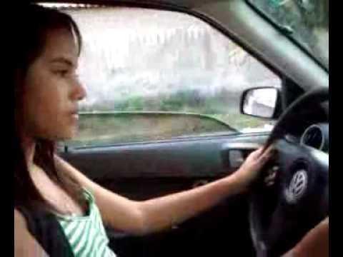 Jéssica aprendendo a dirigir com Ronald