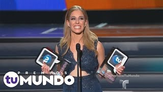 Premios Tu Mundo 2015 | Carmen Aub receives her award with pride | Telemundo English