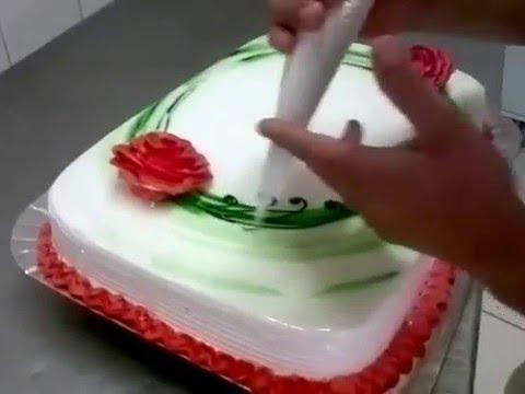 Decorando bolo com chantilly n