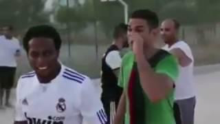 Video choc ! Hatem Ben Arfa joue au foot dans les rues de Tunis