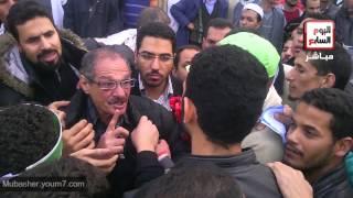 الإخوان يعتدون علي رجل مسن أمام مسجد رابعة