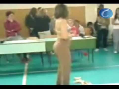Una profesora alemana realiza un striptease para sus alumnos de 15 años de edad