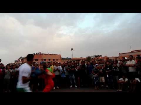 Combat de boxe homme femme sur la place Djemaa el Fna Marrakech Maroc