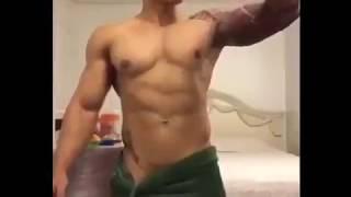 Homem dançando de toalha