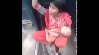 Kya Hota Hai Aise Train Me Safar Karna. Ek Maa Jo Train Ke Bogi Ke Beech Me Baiṭhe Hai