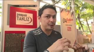 Thomas Djorgi Melayani Pembeli di Bazar Makanan