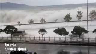 Se sale el Mar Negro Arrasando Vehículos y Edificios | Tsunami Turquía Sept 2014.