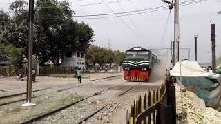 Fastest Train Of Pakistan Railway 8 Dn Tezgam Raising Havy Dust storm