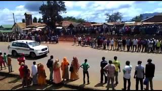 Raisi magufuli azuhiliwa barabarani na wanaichi mkoani tanga