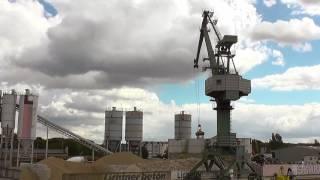 TAKRAF Hafenkran befüllt Sandsilo Teil 2