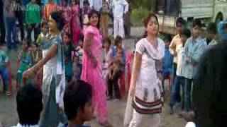 Desi Girls Mujra Dance On Street - So Hot(whatsappvideo.net).mp4