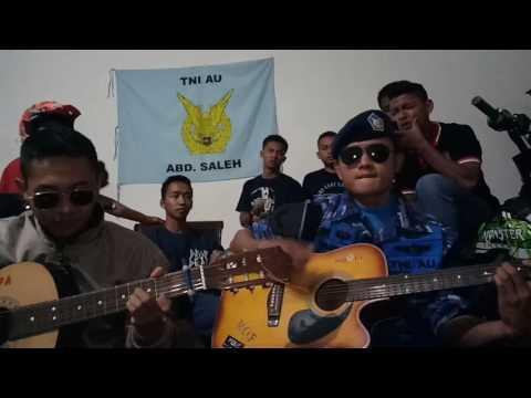 "Ngeri ! Anggota TNI AU saat cover lagu armada ""Asal Kau Bahagia"" tiba-tiba benderanya jatuh"