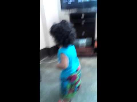 Bebe bailando la casa sola