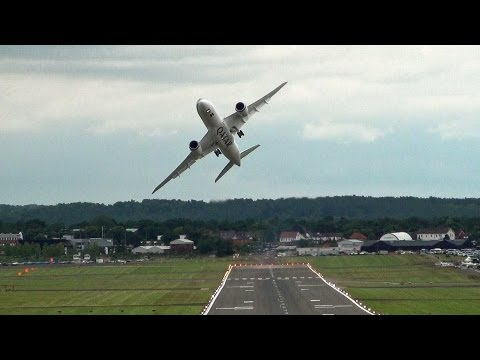 🇶🇦 Impressive Qatar  Airways Boeing 787 Dreamliner Flying Over Farnborough.