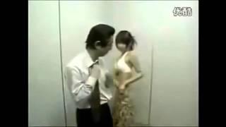 عجائب وغرائب.. فتاة تخلع ملابسها داخل المصعد أمام رجل, إليك ردة فعله !